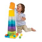 Dziecko składa zabawkę piramidę