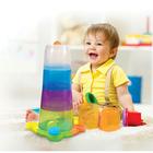 Dziecko obok Dużej Wieży z Piłeczkami Piramida